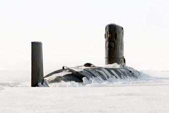 实拍英国海军核潜艇破冰而出