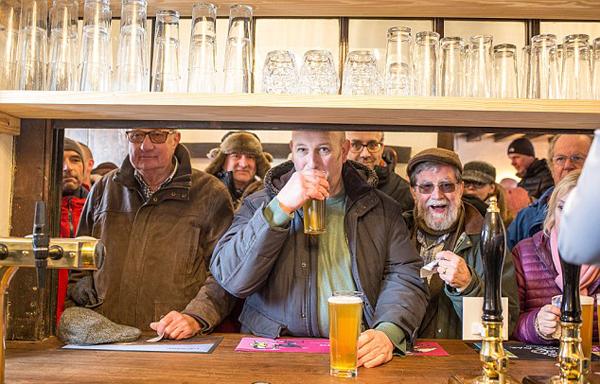 英520年历史酒馆重开张 420名村民众筹将其买下