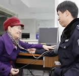"""七旬阿婆九年每周为民警问诊,脑子里有本""""健康账"""""""