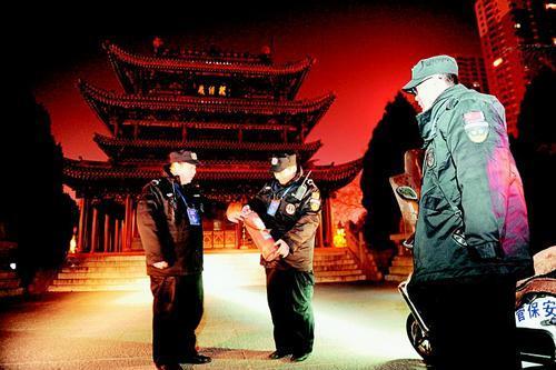 公园保安整宿熬夜 职责是防火防盗、劝离滞留游客