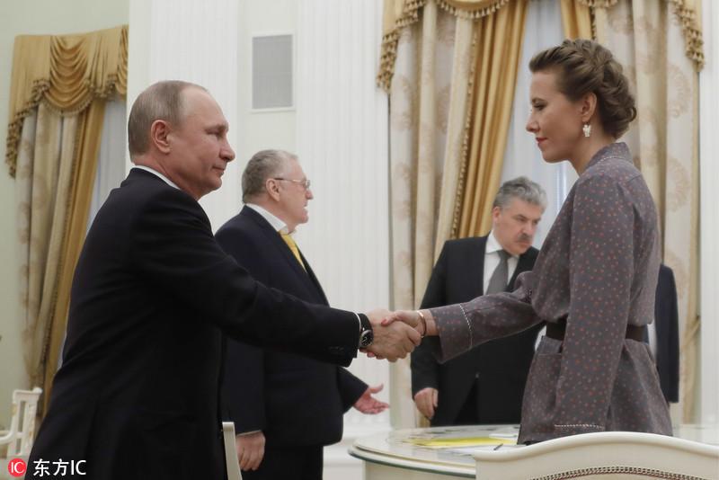 普京会见其他总统参选人 与恩师之女首次同框握手