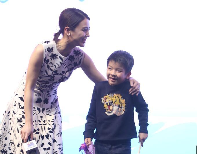 超人妈妈来袭 黄圣依带儿子首亮相