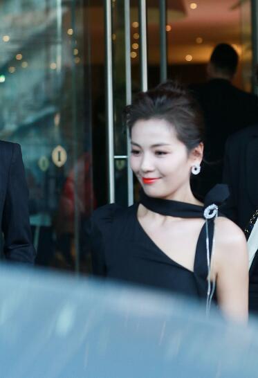 刘涛露香肩身材养眼下楼梯低眉浅笑从容大气