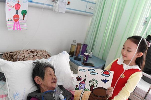 """兰州6岁女孩画33幅祝福画""""装扮""""老人病房"""