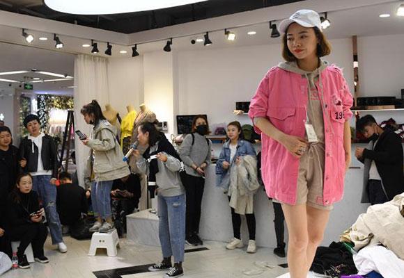 """杭州""""穿版模特""""为搭台试装 现场展示服装促销"""