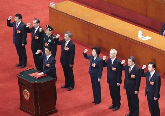 国务院副总理、国务委员、秘书长进行宪法宣誓