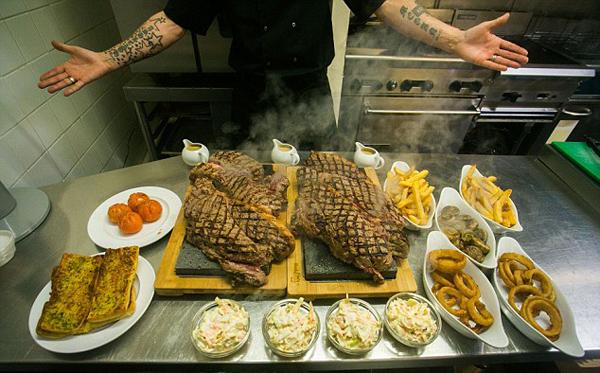英餐厅设11.3斤牛排挑战 4人1小时内吃完可免单