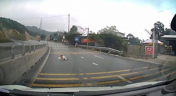 惊险!越南一婴儿爬上高速公路险酿车祸