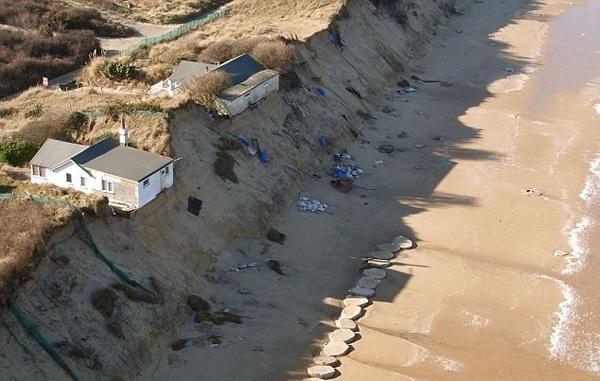 英国港口小镇海岸侵蚀严重 住户被迫迁移