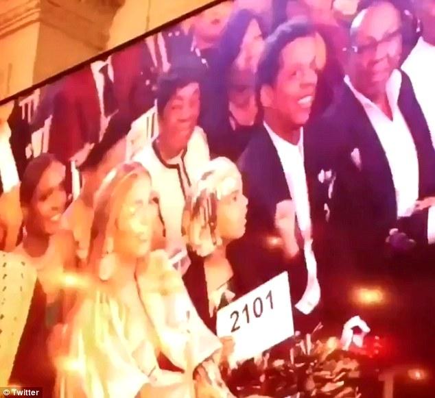 碧昂丝6岁女儿举牌竞拍 出手花掉12万元引热议