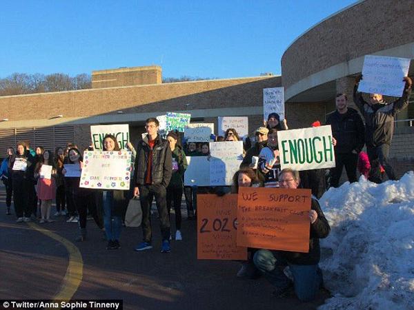 美国学生罢课参加反枪支游行 遭学校关禁闭