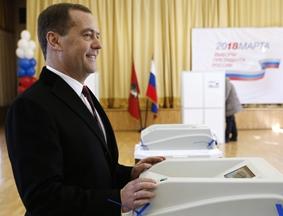 俄罗斯总理梅德韦杰夫参加总统大选投票