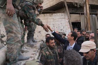 """叙总统阿萨德罕见露面 """"自驾""""视察东古塔前线"""