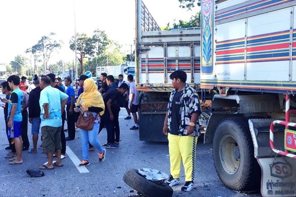 泰国满载中国游客的面包车出车祸 致2死7伤