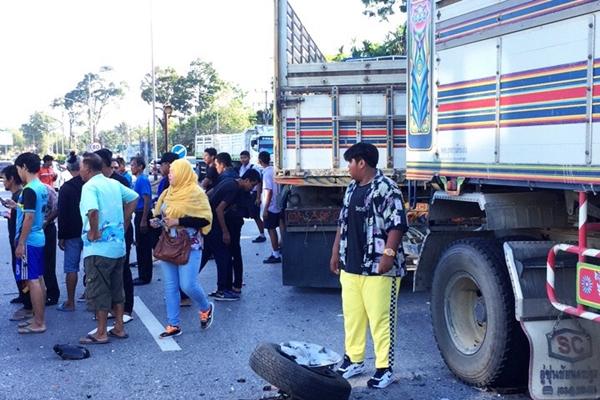 中国游客的面包车出车祸