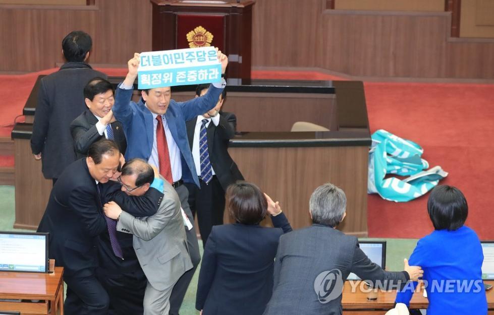 折腾!韩国执政党与在野党议员互掐 场面混乱