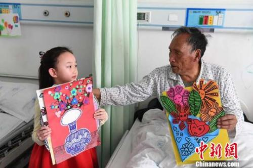 """兰州6岁女孩画画""""装扮""""老人病房祝福""""早日康复"""""""