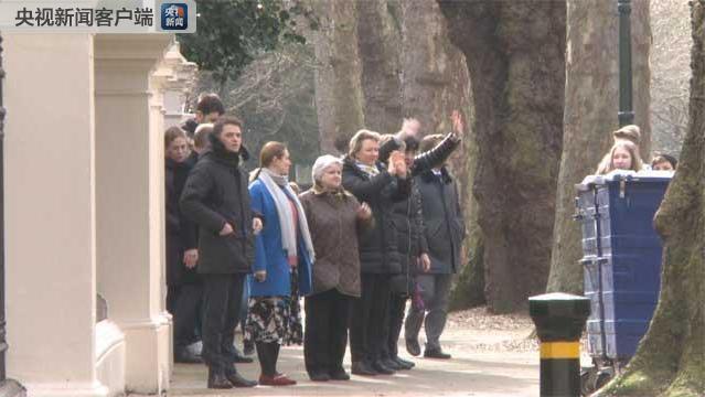 23名俄罗斯外交官被英国驱逐 有人离开使馆时落泪