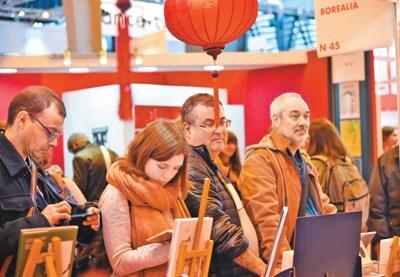 """媒体:法国巴黎国际书展闪耀""""中国红"""""""
