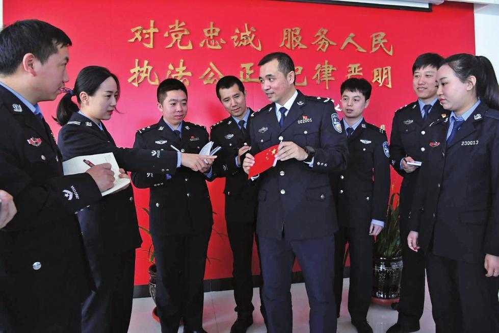 持枪劫匪看到中国国旗后,竟然鞠躬走了…