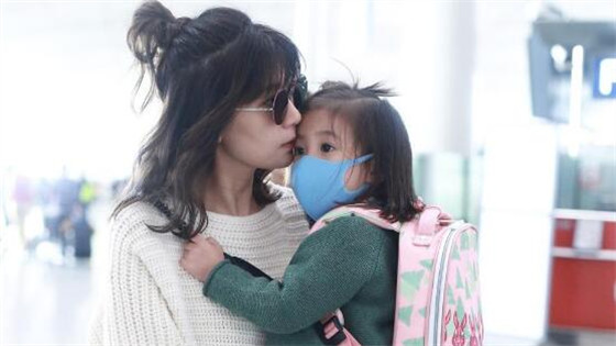 贾静雯抱女儿咘咘现身机场