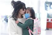 贾静雯抱女儿现身机场