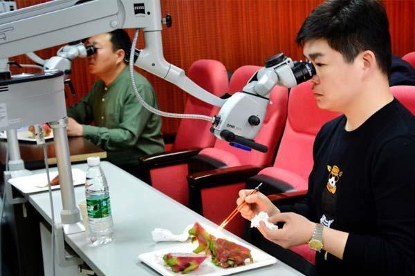 重庆骨科医生练技艺 显微镜下夹火龙果籽