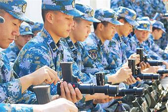 这些海军士兵手中拿的什么武器?