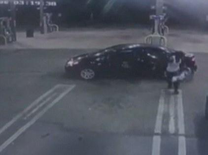 美偷车贼发现车上婴儿 慌忙将其交给餐厅职员