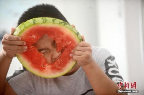 资料图:小朋友吃西瓜。 孟德龙 摄