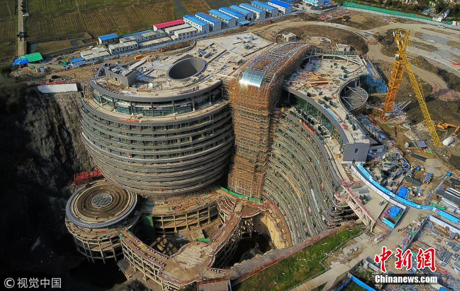 """航拍上海""""深坑酒店"""" 80米深采石场改造而成"""