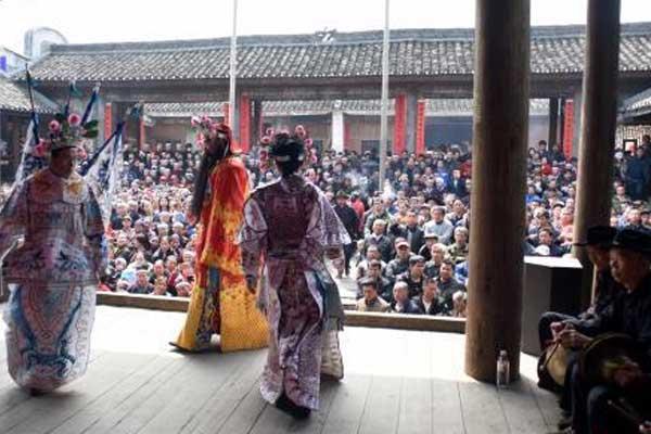 广西三江庙会唱桂剧演侗戏 引众多戏迷围观