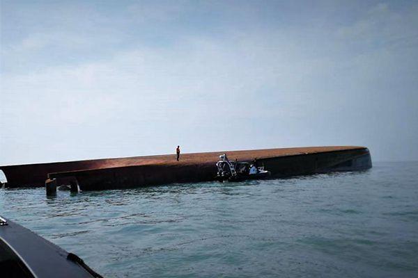 一艘载有中国船员船只在马来西亚附近海域倾覆