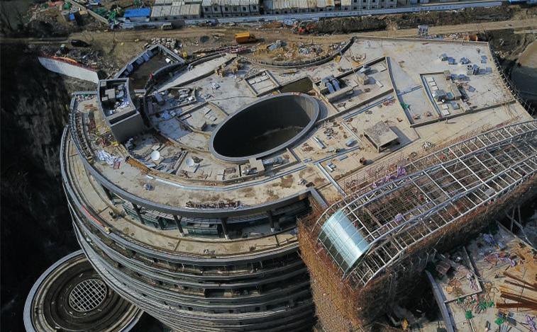 """航拍上海""""深坑酒店"""" 由80米深采石场改造而成"""