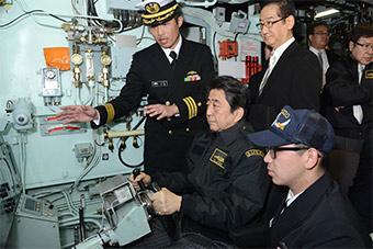 安倍高调视察日本横须贺军港 登上潜艇视察