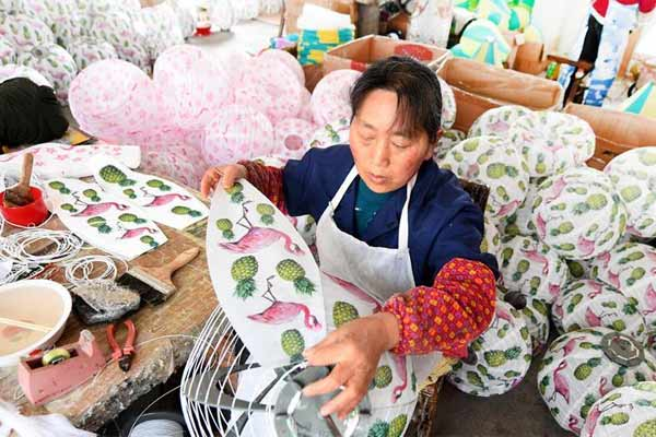 手制灯笼助留守妇女就业增收