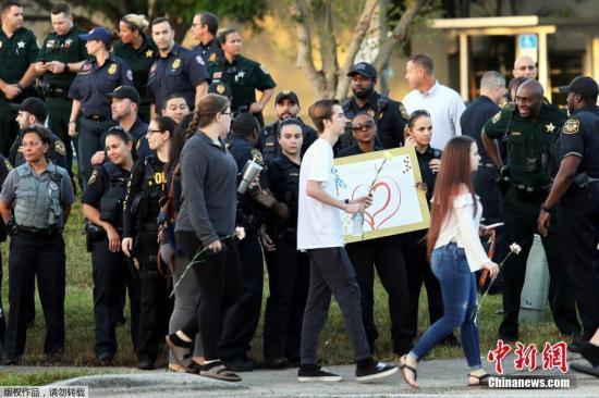 美佛州枪击案高中颁布新规:学生只能用透明背包