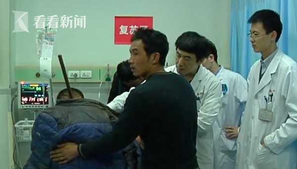 男子脖子被钢筋刺穿手术3小时 消防员全程帮扶钢筋