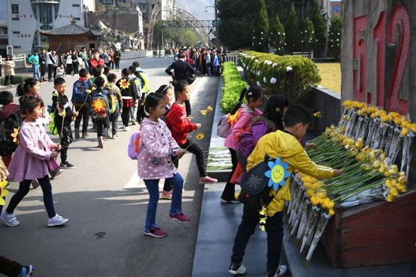 四川北川老县城地震遗址游客缅怀遇难同胞