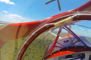 飞行员表演特技时引擎熄火 坠地前拉升捡回一命
