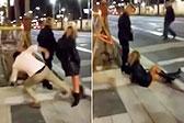 西班牙男子恶作剧踹倒路边女子 被判赔45万元