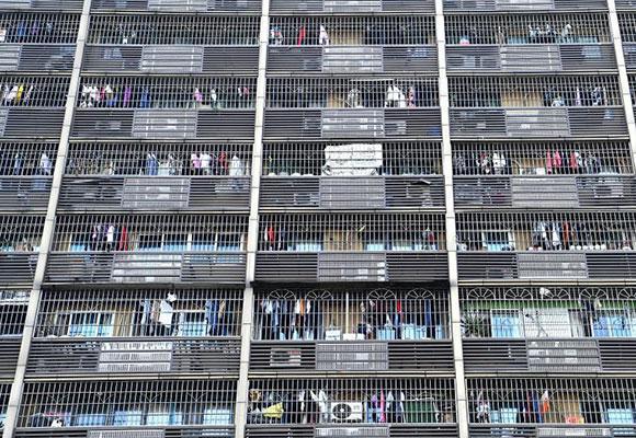 """重庆街头现""""鸟笼""""式房屋 每户被要求统一安装防盗窗"""