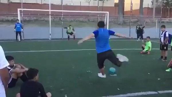 阿根廷街头球员假动作罚点球 完美得分走红网络