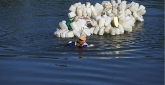 印尼贫困农村河水受污染 村妇日游4千米只为取净水