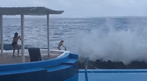 可怜!女子海边忘情拍照被巨浪卷进海中