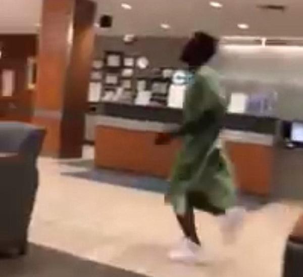 滑稽!美国男病患为夺回手机医院内狂追女友