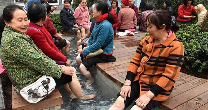 温泉水接入步行街 民众露天泡手泡脚驱寒