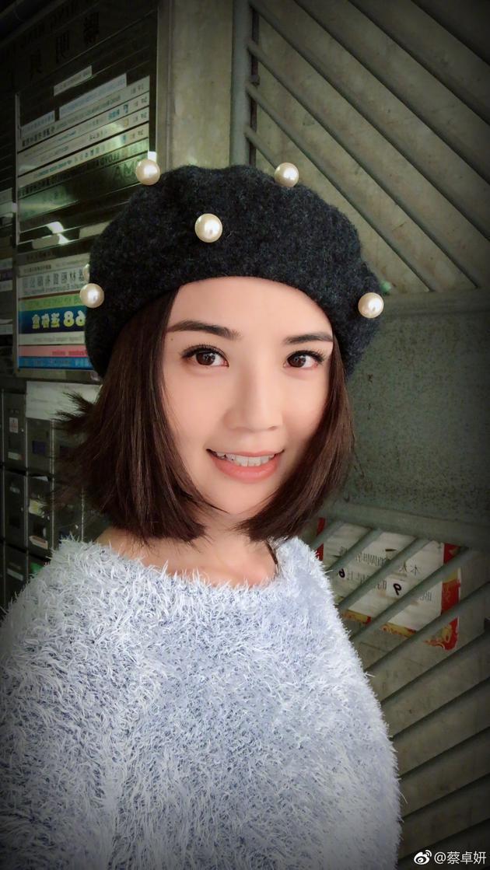 蔡卓妍收工兴奋自拍 短发清爽少女感满分
