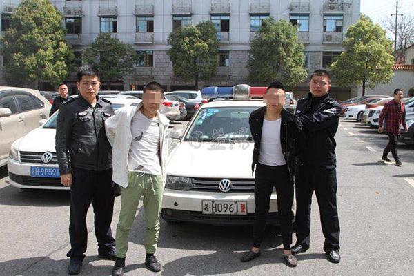 湖南益阳通报:两名网络主播为博眼球踩踏警车,均被拘留