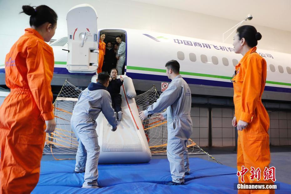 直击ARJ21支线客机客舱乘务员转机型训练